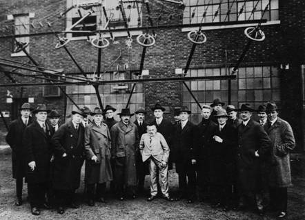 http://upload.wikimedia.org/wikipedia/commons/6/6b/Albert_Einstein_with_other_engineers_and_scientists_at_Marconi_RCA_radio_station_1921.jpg